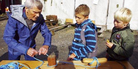 LÆRTE BORT KNUTER: Anfinn Kuvik lærte Ole Kvisgaard Karlsen og Emil Tiller Rogstad å slå et dobbelt halvstikk. ALLE FOTO: PER D. ZARING