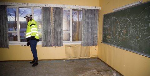 ØDELAGT: Klasserommene i den gamle Frydenlund skole bærer preg av å ha stått ubrukte i mange år. Skolen ble fraflyttet i 2004. Nå starter rivingen av bygget som ble oppført i 1883, og som nå eies av Block Watne/OBOS. Distriktssjef Søren Halck Johannsen i Block Watne er på en siste befaring før rivefirmaet går løs på bygget.
