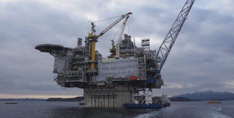 ENORM: Asta Hansteen er Statoils nye flaggskip av en oljeplattform, og FRØ production fra Røyken fikk være med å dekorere den før den skipes ut til produksjonsområdet i april.Foto: FRØ production
