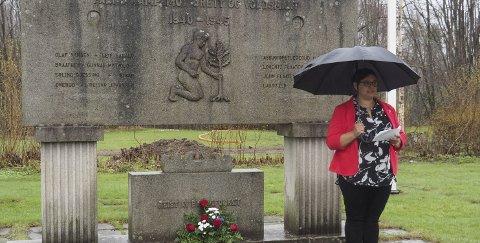 Blomster: Leder for Sande Arbeiderparti, Kristine Flåtten, la ned blomster og holdt en tale for de fra Sande som falt under andre verdenskrig. Alle foto: Svein-Ivar Pedersen