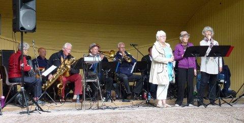 HØSTKONSERT: Stokke Da Capo Ensemble synger kjente sanger i Sandar kirke.
