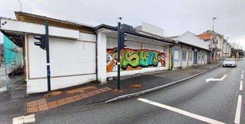 Hjørnebygningen, opp til der hvor grafittien slutter, kan rives. Bygningen med lyseblå karmer må bli stående.