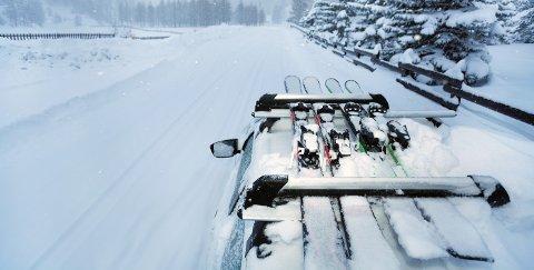 Skiene skal være på taket, enten i et stativ eller i en takboks.