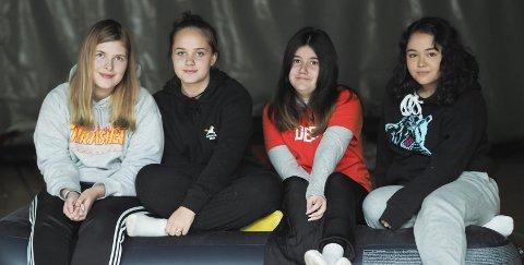 SMILER: F.v. Katharina Hohansen (15), Nocotha Stephensen (15), Sofia Aarstad (15) og Pamela Nilsen (15) fra Askim syns LANet var gøy.