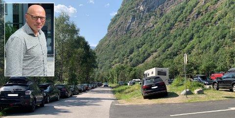 PARKERINGSTRØBBEL: Det har gått føre seg ein heftig debatt om parkeringsplassen på Hjelle etter nok ein travel sommar med mykje villparkering.
