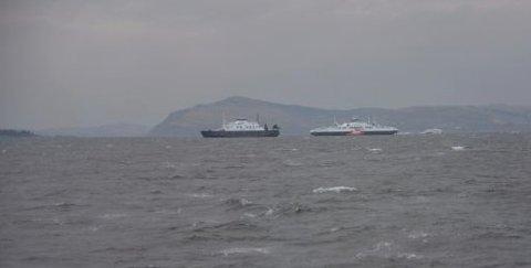Slik så det ut da MF «Hardanger» fikk hjelp av MF «Stord» rundt klokka 16:00 i dag. Redningsbåt er her kommet fram.