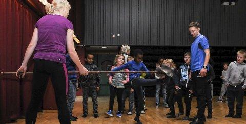 AKTIVITET: Det var stor aktivitet på dansegolvet på Åmot skule før helga. Mange råka også hatten i hallingkasta sine, instruert av Bjønn Raftevold Rue. FOTO: INGEBJØRG BØ