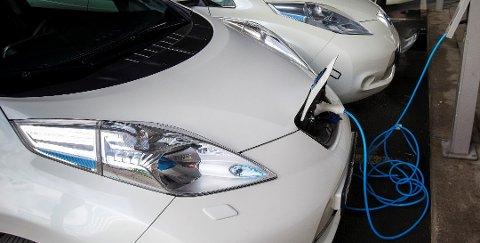 PASS PÅ: Selv om elbiler er mindre kompliserte enn bensin- og dieselbiler, er det likevel en del ting du som bruktbilkjøper må passe på. Foto: Heiko Junge, NTB scanpix/ANB