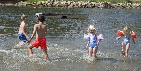 KAN VÆRE FARLIG: Tar du på barnet ditt armringer i sommer er det viktig at du fortsatt holder et godt syn med barnet. Foto: Jan Erik Skau
