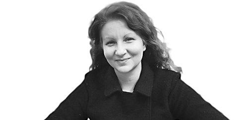 Helen Komini Knudsen er en omvendt melankoliker snart midtveis i livet. Er lykkelig gift, mor til to og klar for å slå rot i vakre Trondheim etter å ha flyttet 11 ganger på ti år. Er dedikert bypatriot, regissør av utdannelse og digger folk som skaper noe.