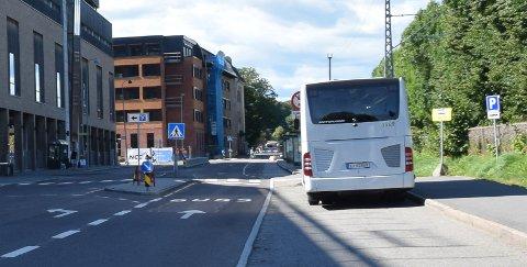 FLYTTER BUSSRUTER: Fra mandag av blir det anleggsarbeid ved busstoppene i Jernbanegata.