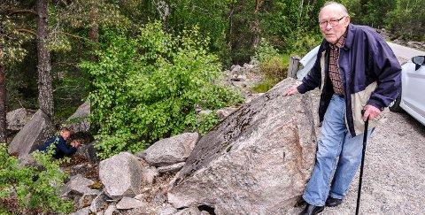 ROLLEBYTTE: Bård Fiskarbekk ligger for anledningen fastklemt. Kåre Nordbø vet hvordan det føles. Slik lå han i to døgn før Bård fant han.
