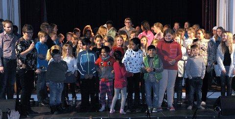 Full scene, flinke kulturskole-elever takker publikum.
