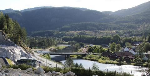 SKAL MUDRES: Elveområdet ved der brannstasjon og politi holder til like ved Tonstad bru skal mudres.