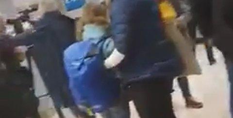 En skjermdump fra en video som AN har fått tilsendt viser at det var tett med folk som ventet på bagasjen.