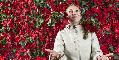 Mange stjerner i luften: Hanna Tangvald roser sine medarbeidere for utførelsen av de godt synlige dekorasjonene som følger årstidene i sentrum. – Blomsterdekoratøren vår – Emilie Rybom – er et funn, vi har i det hele vært flinke til å få tak i de rette folka. Det har gjort at vi klarer å synes i byen, sier en fornøyd virksomhetsleder.