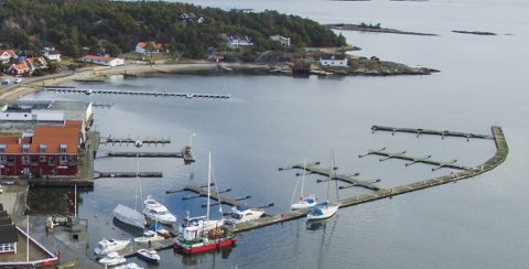 Skjærhalden Gjestehavn: Naboen mener at bryggene blokkerer Sjønstranns muligheter til å tjene penger på å legge ut flytebrygger.  Arkivfoto: Erik Hgen