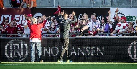 HELT SJEF: Det var liten tvil om hvem som var den store helten på Stadion søndag kveld. FFK nye trener Mons Ivar Mjelde ble hyllet av publikum etter 5–1 seieren. Foto: Geir A. Carlsson