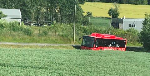UTFOR VEIEN: Bussen sto på et jorde ved siden av veien.