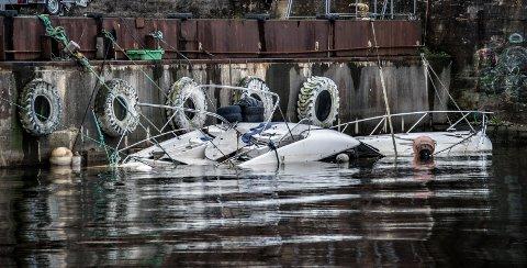 Båten ligger på bunnen i dokka utenfor FMV. Bildet er tatt for over en uke siden.