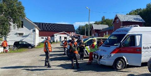LETEAKSJON: store styrker står parkert på Tromsø rideskole, da de har lett en savnet mann. Foto: Silje Løvstad Thjømøe