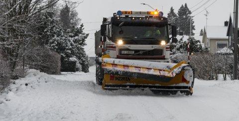 BRØYTET: Horten kommune sendte 19 biler ut på veiene torsdag, inklusiv denne som måtte rydde i Granlyveien etter at et vogntog uten kjetting hadde satt seg fast.