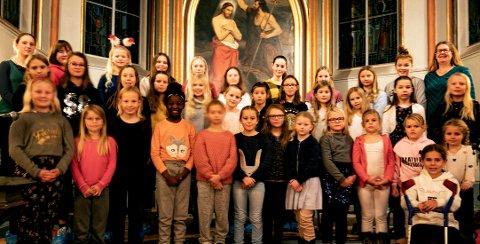KOR: Lillås skoles barnekor serverer julesanger på løpende bånd i Horten  kirke søndag 15. desember.