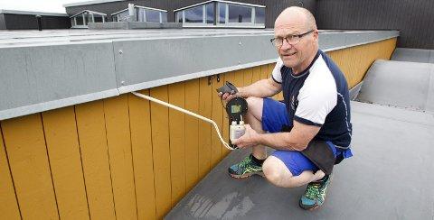 ØDELAGT: Taket som Arild Falk-Danielsen, avdelingsleder for byggdrift ved Kongsvinger kommunale eiendomsenhet, står på må demonteres og sveises på nytt. Også elektriske installasjoner er røsket ut.BILDER: OLE-JOHNNY MYHRVOLD