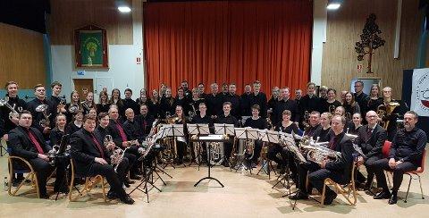 GIGANTISK: Jaren Hornmusikkforening og Jaren Ungdomsbrass sørget for en storslått konsertettermiddag på Granvang med imponerende prestasjoner i stjerneklassen. Dirigentene Bjørn Bernstein (helt til høyre) og Luc Vertommen.