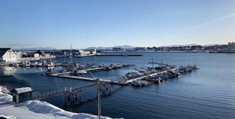VADSØ: Sola varmer over havna i Vadsø lørdag.