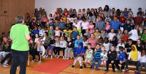 """ALLSANG: Med MOT-sangen og sangen fra Flesberg-revyen, """"Nå skal gamleskulen rivas"""" avsluttet de 125 elevene 65 års virksomhet på Lampeland skole torsdag."""
