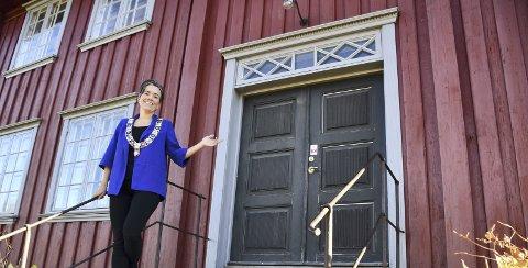 HEG GJESTGIVERI: Starten på det lokale selvstyret i Lier foregikk bak denne døren. Dagens ordfører – den 27. i rekken – Gunn Cecilie Ringdal står på lokalhistorisk grunn.