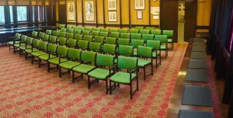 KAN BLI DINE: Disse stolene og bordene kan bli dine, men du bør nok vare rask. Fristen er fredag og kommunen gir dem bort gratis.