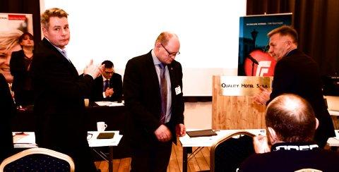En sterkt preget Geir Arne Winther forlater talerstolen etter å ha annonsert at han trekker seg som fylkesrådsleder. Foto: Ola Solvang