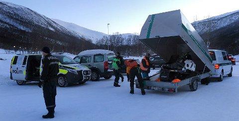 Her rykker hjelpemannskap ut med kurs mot Tromsdalstinden. Foto: Marie Skonseng