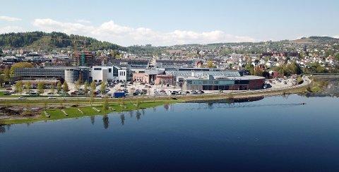 FØLGER NØYE MED: Senterledelsen ved CC følger nøye med på vannstanden i Mjøsa fra dag til dag.