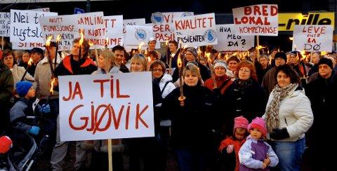 HEFTIG ENGASJEMENT: Protestene mot et storsykehus i Hamar-regionen utløste sterke protester i Oppland. Her fra demonstrasjonen i Gjøvik i mars 2006. Nå er det varslet nye aksjoner.