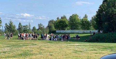 KONFIRMASJONSLEIR: Rundt 100 ungdommer var samlet i Fredevika ved Mjøsa mandag kveld, som en del av konfirmasjonsleirene denne uka.