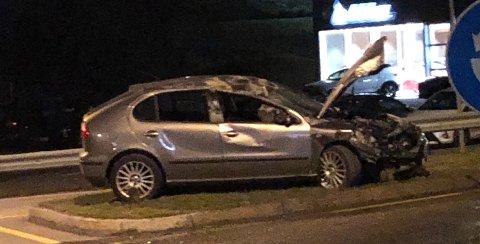 VELTET: Bilen veltet i kollisjonen, men ble dratt ut av veibanen og plassert på en trafikkøy.