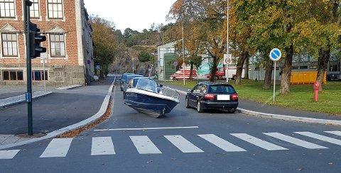 STANS: Båten gikk ikke like godt til lands, og hindret trafikken en kort stund etter at den falt av båthengeren.