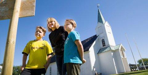 Elisabeth Lundevold Ringøen med tvillingene Mikael og David Eide-Riti på kirkevandring rundt Hvasser kirke.