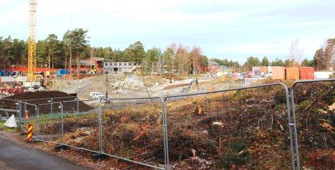 GROVT TYVERI: Tyver har forsynt seg av fire containere på anleggsområdet der en nye ungdomsskolen i Bamble bygges.