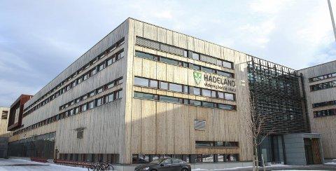 Ved å bygge en etasje til, vil det skapes 3600 kvadratmeter nytt bruttoareal for elever og lærere ved Hadeland videregående skole på Gran.
