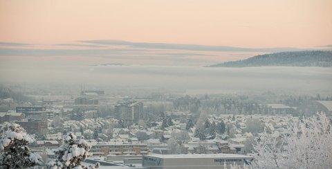 KODE RØD: Slik så det ut over Lillestrøm sist vinter. Norsk Institutt for luftforskning målte både «betydelig helserisiko» – og den alvorligste graden, «alvorlig helserisiko». FOTO: VIDAR SANDNES