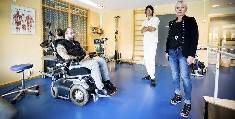 TRENINGSSAL: Døli sykehjem har ikke egen fysioterapeut. Det synes Terje og mor Veronica er dumt, for det kunne gjort treningen mye enklere. I bakgrunnen hjelpepleier Nemanja Nedeljkovic.