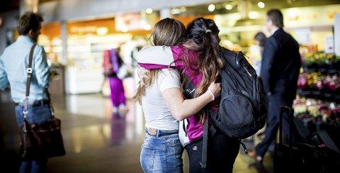 Aleksia Dagestad Strande har tidligere vært et år på utveksling i Argentina. Der møtte hun sin sjelevenn i vertssøsteren Camila Solange Suánez. Nå er det tid for Camila å komme til Norge. –Det er første gang hun er i Europa. Jeg gleder meg veldig til å se henne. Vi har et nært forhold, forteller Aleksia. Camila dukker opp og de to «søstrene» kan igjen omfavne hverandre. Nå venter rundreise rundt i Norge i måneden argentineren skal være her.