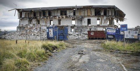 BIT FOR BIT: Gardarheim var pleie- og aldershjem fra 1960-tallet og fram til 2003. Når er bygget snart historie.FOTO: MARIANNE ENGER
