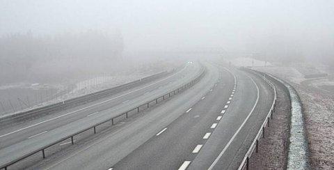TETT: Tåka henger over E6 flere steder på Romerike mandag ettermiddag.