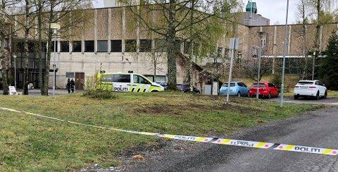 FUTURUM: Her er politiet på plass utenfor Tom Hagens arbeidsplass, Futurm-bygget i Lørenskog. FOTO: PER MORTEN SØDAL