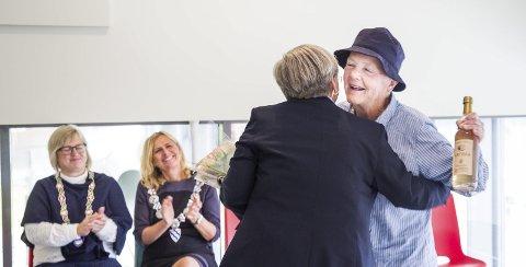 UNDERHOLDENDE: Astrid Nøklebye Heiberg høstet applaus både hos publikum og ordførere etter et humoristisk og betraktende foredrag om livet som gammel, og ble belønnet med eplesider og blomster av Tone Merete Svenkerud, kommunalsjef for helse og omsorg i Røyken.